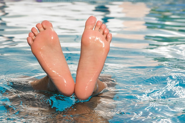 nohy ve vodě