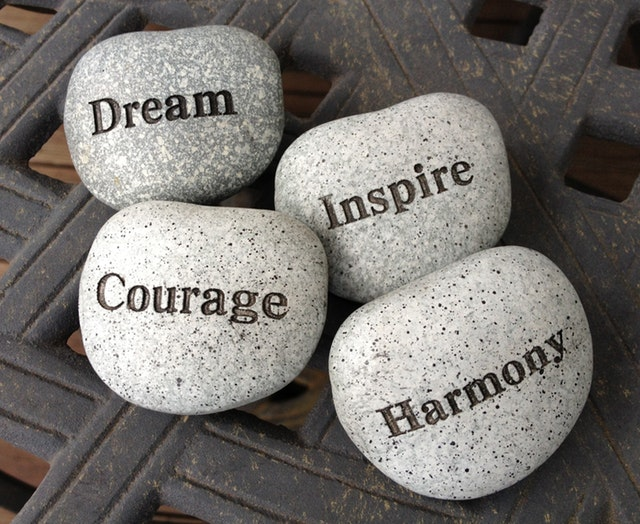 čtyři kameny s nápisy