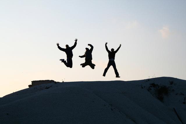tři skákající dětské postavy.jpg