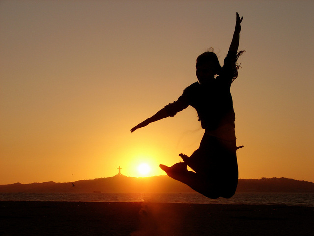 dívka při výskoku při západu slunce.jpg